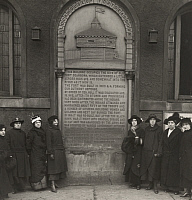 0257974 © Granger - Historical Picture ArchiveCHICAGO, ILLINOIS, USA.   A tablet erected at the site of historic Fort Dearborn in Chicago. International Film Service.