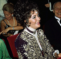 0140787 © Granger - Historical Picture ArchiveELIZABETH TAYLOR.   Liz Taylor and baron Guy de Rothschild at premiere of LizaMinelli in Paris in favour of Jewish Social Fund december 8, 1971. Full credit: AGIP - Rue des Archives / Granger, NYC -- All rights reserved.
