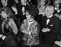 0140790 © Granger - Historical Picture ArchiveELIZABETH TAYLOR.   Liz Taylor and baron Guy de Rothschild applausing LizaMinnelli after her show in Paris in favour of Jewish Social Fund december 8, 1971. Full credit: AGIP - Rue des Archives / Granger, NYC -- All rights reserved.