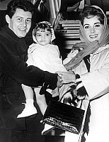 0140798 © Granger - Historical Picture ArchiveELIZABETH TAYLOR.   Elizabeth Liz Taylor with her daughter Liza Todd (2years-old) and husband Eddie Fisher in New York october 29, 1959. Full credit: AGIP - Rue des Archives / Granger, NYC -- All Rights Reserved.