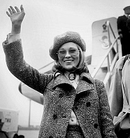 0141535 © Granger - Historical Picture ArchiveFAYE DUNAWAY.   actress Faye Dunaway wearing a beret arriving in Orly airport january 23, 1968. Full credit: AGIP - Rue des Archives / Granger, NYC -- All rights reserved.