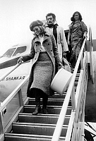 0141537 © Granger - Historical Picture ArchiveFAYE DUNAWAY.   American actress Faye Dunaway wearing a beret arriving in Orly airport with fiance Jerry Schatzberg january 23, 1968. Full credit: AGIP - Rue des Archives / Granger, NYC -- All Rights Reserved.