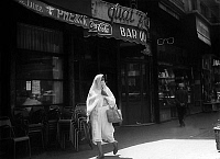 0141593 © Granger - Historical Picture ArchiveFEMME ALGERIANNE.   Veiled algerian woman in a street in european area in Algiers, Algeria, june 22, 1962. Full credit: AGIP - Rue des Archives / Granger, NYC -- All rights reserve