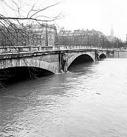 0145280 © Granger - Historical Picture ArchiveINONDATIONS 1955.   Floods in Paris : view of the Alma bridge showing rise in water level of the Seine january 16, 1955. Full credit: AGIP - Rue des Archives / Granger, NYC -- All Rights Reserved.