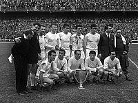 0150520 © Granger - Historical Picture ArchiveL'EQUIPE OF REAL MADRID.   Real Madrid soccers april 3, 1962 : standing : Jose Araquistan, Casalo, Jose Emilio Santamaria,, Miera, Isidro, Pachin, Miguel Munoz ; front : Tejada, Luis Del Sol, Di Stefano, Ferenc Puskas and Francisco Gento. Full credit: AGIP - Rue des Archives / Granger, NYC -- All ri.