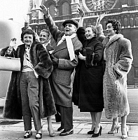 0150892 © Granger - Historical Picture ArchiveL'HEURE EBLOUISSANTE.   actors of play L'heure eblouissante going on tour : Helena Bossis, Jeanne Moreau, Pierre Blanchar, Suzanne Flon et Claude Gensac november 24, 1954 here in front of Notre Dame cathedral. Full credit: AGIP - Rue des Archives / Granger, NYC -- All rights reserved.