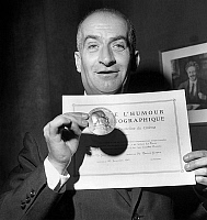 0151334 © Granger - Historical Picture ArchiveLOUIS OF FUNES.   Louis de Funes with humour prize GeorgesCourteline for his role in film Les Grandes vacances by JeanGirault on december 20, 1967. Full credit: AGIP - Rue des Archives / Granger, NYC -- All rights reserved.