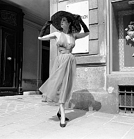 0155373 © Granger - Historical Picture ArchiveMODE JACQUES FATH.   Presentation of fashion by Jacques Fath on may 15, 1952 : summer dress with hat. Full credit: AGIP - Rue des Archives / Granger, NYC -- All rights reserved.