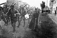 0128090 © Granger - Historical Picture ArchiveWORLD WAR I.   1.WW , Theatre of war , western front : Belgium-France (advance to -Marne) August-September 1914 : German advance in Belgium . Infantry passes through a Belgian village . A monk offers fresh water to the soldiers. Mid-August 1914.