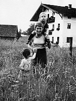0191788 © Granger - Historical Picture ArchiveCONNY FROBOESS.   Conny Froboess, *28.10.1943- Actress, Singer, Germany with daughter Agnes and son Kaspar (on her shoulders) - 29.06.1972, ullstein bild ID 00978741.