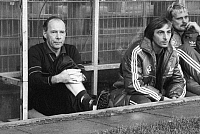 0192536 © Granger - Historical Picture ArchiveDIETRICH WEISE.   Weise, Dietrich - Football, Coach, 1. FC Kaiserslautern, Germany - sitting on the substitutes' bench next to assistant coach Ernst Diehl (centre) and goalkeeper Ronnie Hellstroem - 10.09.1983 No-commercial-use! .