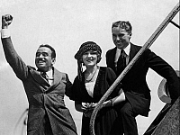0192785 © Granger - Historical Picture ArchiveDOUGLAS FAIRBANKS.   Douglas Fairbanks *23.05.1883 -12.12.1939+ Actor and producer, USA with his wife Mary Pickford and Charly Chaplin (on the right), ullstein bild ID 00955572.