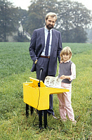 0193727 © Granger - Historical Picture ArchiveENTREPRENEUR REINHARD FLOETOTTO.   Reinhard Floetotto, Entrepreneur, Germany - owner of the furniture manfacturer Floetotto , with his daughter Frederike - 03.10.1983 No-commercial-use!, ullstein bild ID 00936109.