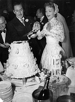 0194236 © Granger - Historical Picture ArchiveERROL FLYNN.   Flynn, Errol *20.06.1909-14.10.1959+ Actor, Australia with his bride , Patrticia Wymore, cutting the wedding cake following their marriage at Monte Carlo. - 24.10.1950 01041661.