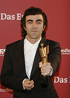 0194634 © Granger - Historical Picture ArchiveFATIH AKIN.   Akin, Fatih - Director, Germany - holding German Film Prize Lola - 25.04.2008, ullstein bild ID 00978262.