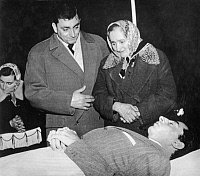 0194638 © Granger - Historical Picture ArchiveFAUSTO COPPI.   Coppi, Fausto *15.09.1919-02.01.1960+ Racing cyclist, Italy his mother and brother Livio in front of his dead body. - 03.01.1960 01069270.