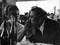 0194667 © Granger - Historical Picture ArchiveFEDERICO FELLINI.   Fellini, Federico *20.01.1920-31.10.1993+ - director, filmmaker, Italy - kissing Claudia Cardinales' hand - no date (1960ies) - For-editorial-use-only! 01102009.