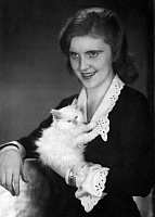 0194702 © Granger - Historical Picture ArchiveFELICITAS MALTEN.   Malten, Felicitas - Actress, Germany - portrait with cat - Photographer: Atelier Binder - Published by: 'Die Dame' 07/1928/29 Vintage property of ullstein bild 01049395.