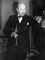 0195138 © Granger - Historical Picture ArchiveFILIPPO TOMMASO MARINETTI.   Marinetti, Filippo Tommaso - Writer, Italy *22.12.1876-02.12.1944+ Founder of the literary futurism series: Roman heads Marinetti with a bronze figure (skier) of the futuristic sculptor Mino Rosso - Photographer: Felix H. Man - Koester - 1931 Vintage property of ullstein bild, ullstein bild ID 00264324.
