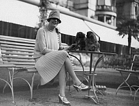 0197224 © Granger - Historical Picture ArchiveELLY FUNKE.   German Empire - Baden Freistaat (Free State) (1918-1945) - Baden-Baden: Elly Funke with her dogs in front of the spa hotel - Photographer: Atelier Binder - Published by: 'Die Dame' 1/1927 Vintage property of ullstein bild 01047448.