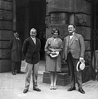 0198650 © Granger - Historical Picture ArchiveGUSTI FLEISCHER.   Fleischer, Gusti - Sportswoman, Swimmer, Austria - with Stefan Patout and F. van Lunk (r.) in front of the 'Ullsteinhaus' - Photographer: Herbert Hoffmann - 29.06.1929 Vintage property of ullstein bild 01097866.