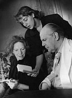 0202965 © Granger - Historical Picture ArchiveJUERGEN FEHLING.   Fehling, Juergen - Director, Actor, Germany *01.03.1885-14.06.1968+ - mit the actresses Joana Maria Gorvin und Elisabeth Flickenschildt (l.) at a reading rehearsal for the play 'Maria Stuart' by Schiller at the Schillertheater, director: Juergen Fehling - Photographer: Charlotte Willott - Published by: 'Berliner Anzeiger' 24.08.1952 Vinta