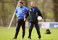 0205153 © Granger - Historical Picture ArchiveLUCIEN FAVRE.   Favre, Lucien - Football, Coach, Hertha BSC Berlin, Switzerland - with assistant coach Harald Gaemperle (L) during training session - 24.04.2008, ullstein bild ID 00977677.