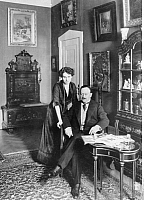 0205211 © Granger - Historical Picture ArchiveLUDWIG FULDA.   Fulda, Ludwig - Writer, Germany *15.07.1862-30.03.1939+ - with his wife - undated (around 1912) - Published by 'Berliner Illustrirte Zeitung' 18/1912 - Photographer: Waldemar Titzenthaler.