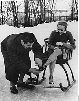 0206733 © Granger - Historical Picture ArchiveMAXI HERBER.   Herber, Maxi - Sportswoman, Figure skater, Germany *08.10.1920-20.10.2006+ - German speed skater Willy Sandtner is helping to put on her skates on the Kleinhesseloher See, Munich - Photographer: Felix H. Man - ca. 1933 Vintage property of ullstein bild, ullstein bild ID 00771462.