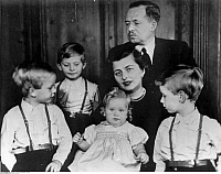 0210301 © Granger - Historical Picture ArchivePRINCE FRANCIS JOSEPH II.   Prince Francis Joseph II. of Liechtenstein and his family: Prince James Adam, price Philipp Erasmus, his wife princess Georgina, princess Nora Elizabeth and prince Nicolas. 1959, ullstein bild ID 00153211.