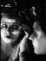 0213064 © Granger - Historical Picture ArchiveSYBILL FLEMMING.   Flemming, Sybill Actress , Germany removing make-up in front of the mirror Published in Uhu 4/1929 Photographer: Peter Weller, ullstein bild ID 00835824.