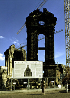 0217535 © Granger - Historical Picture ArchiveCULTURE.   Germany Saxony Dresden - Information board about the reconstruction of the Frauenkirche, destroyed in World War II. (the ruin in the background). - 24.04.1994.