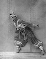 0217878 © Granger - Historical Picture ArchiveCULTURE.   dancer Miss Hanley in a oriental costume - Photographer: Charlotte Fairchild - Published by: 'Der Querschintt' 07/1925 Vintage property of ullstein bild.