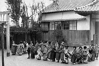 0218248 © Granger - Historical Picture ArchiveCULTURE.   United Kingdom - England - London Life of young Japan Japanese Children in national costumes form a line. - Photographer: J. Matsuoka - Published by: Bazar 5/1934 Vintage property of ullstein bild.
