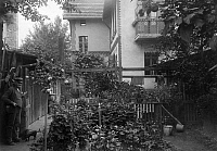 0218318 © Granger - Historical Picture ArchiveDAILY LIFE.   German Empire Kingdom Prussia - Brandenburg Provinz (Province) - Berlin: Rural house in the Berlin suburb Hermsdorf, back view with garden - 1907 Vintage property of ullstein bild.