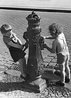 0218552 © Granger - Historical Picture ArchiveDAILY LIFE.   German Empire Free State Prussia - Brandenburg Provinz (Province) - Berlin: two children at a water pump - Photographer: Heinz Fremke - Published by: 'Deutsche Allgemeine Zeitung' (DAZ) 31.05.1939 Vintage property of ullstein bild.