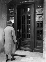 0218633 © Granger - Historical Picture ArchiveDAILY LIFE.   German Empire Free State Prussia Brandenburg Province Berlin frontdoor with signs which announcing: flat to let - Photographer: Hans Henschke - Published by: 'Sieben Tage' 25/1931 Vintage property of ullstein bild.