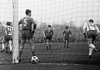 0219314 © Granger - Historical Picture ArchiveSOCCER.   Football Germany, Regionalliga West, 1968/1969, Niederrhein Stadium in Oberhausen, Rot-Weiss Oberhausen versus Rot-Weiss Essen 1:1, scene of the match after 0:1 Essen f.l.t.r. scorer Willi Lippens (RWE, Nr. 11), Werner Ohm (RWO, occluded), Dieter Hentschel (RWO, Nr. 5), Friedhelm Kobluhn (RWO, Nr. 3), Franz Krauthausen (RWO), Guenter Proepper (R