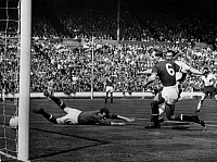 0219586 © Granger - Historical Picture ArchiveSOCCER.   Football England, FA Cup final 1958, Bolton Wanderers vs. Manchester United 2:0, scene of the match, goal Bolton by Nat Lofthouse (c.) against goalkeeper Harry Gregg and Stan Crowther (Nr. 6), Wembley Stadium, London, May 3, 1958.