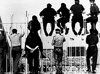0219641 © Granger - Historical Picture ArchiveSOCCER.   1974 FIFA World Cup in Germany First round, Group 1 in Berlin: West Germany 1 - 0 Chile - British soldiers watching the game on and through a fence - - 14.06.1974.