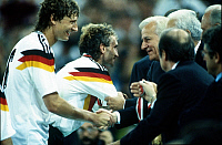0219924 © Granger - Historical Picture ArchiveSOCCER.   1990 FIFA World Cup in Italy Final in Rome: Germany 1 - 0 Argentina - German President Richard von Weizsaecker congratulating Guido Buchwald (left) back: Rudi Voeller - - 08.07.1990.