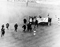 0220044 © Granger - Historical Picture ArchiveSOCCER.   1974 FIFA World Cup in Germany First round, Group 1 in Berlin: Chile 0 - 0 Australia - Incident during the match: youth were entering the pitch to protest against the military junta in Chile policemen are going to arrest them - - 22.06.1974.