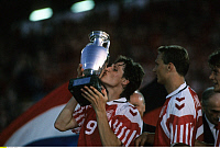 0220465 © Granger - Historical Picture ArchiveSOCCER.   UEFA European Football Championship 1992, final_tournament in Sweden, final in Gothenburg, Denmark vs. Germany 2:0, European Champion Denmark, Flemming Povlsen kisses the cup, June 26, 1992.