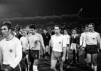 0220477 © Granger - Historical Picture ArchiveSOCCER.   Football Germany, Bundesliga, 1969/1970, Wedau Stadium in Duisburg, MSV Duisburg versus Rot-Weiss Oberhausen 2:1, football players, referee f.l.t.r. Guenter Karbowiak, Gert Froehlich, Torwart Wolfgang Scheid (all Oberhausen), referee Ferdinand Biwersi, Friedhelm Kobluhn, Franz Krauthausen (both Oberhausen), Willibert Kremer (Duisburg), Lothar Ko