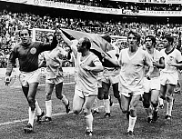 0220573 © Granger - Historical Picture ArchiveSOCCER.   1970 FIFA World Cup in Mexico Third place play-off: Germany 1 - 0 Uruguay - Germany players on a lap of honour after the match, from left: goalie Horst Wolter, Uwe Seeler, Hennes Loehr, Gerd Mueller - - 20.06.1970.