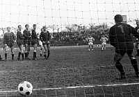 0220680 © Granger - Historical Picture ArchiveSOCCER.   Football Germany, Bundesliga, 1967/1968, Wedau Stadium in Duisburg, MSV Duisburg versus 1. FC Kaiserslautern 7:0, scene of the match, final Duisburg goal 7:0, free-kick by Horst Wild, 06.04.1968.