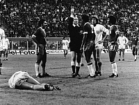 0220913 © Granger - Historical Picture ArchiveSOCCER.   1974 FIFA World Cup in Germany 2nd round, Group A in Dortmund: Netherlands 2 - 0 Brazil - Scene of the match: referee Kurt Tschenscher showing Brazil player Pereira (2) the red card - - 03.07.1974.