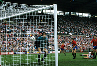 0220984 © Granger - Historical Picture ArchiveSOCCER.   UEFA European Football Championship 1988, final_tournament in Germany, Group 1 in Hanover, Denmark vs. Spain 2:3, scene of the match, headed goal by Flemming Povlsen 2:3 against goalkeeper Andoni Zubizarreta (ESP), June 11, 1988.