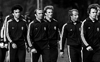 0221225 © Granger - Historical Picture ArchiveSOCCER.   1978 FIFA World Cup in Argentina Germany players during a training session. From the left: Hansi Mueller, Erich Beer, Karl-Heinz Rummenigge, Berti Vogts, Bernhard Dietz - June 1978.