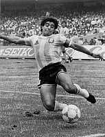 0221418 © Granger - Historical Picture ArchiveSOCCER.   1986 FIFA World Cup in Mexico Diego Maradona, Argentina midfield, in action during the World Cup - June 1986.
